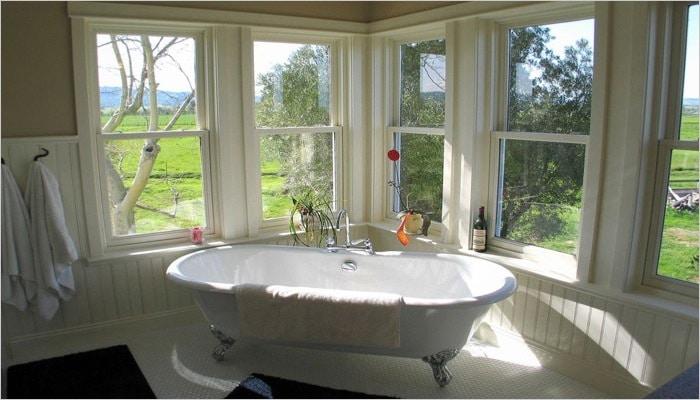 Witte landelijke badkamer met vrijstaand bad