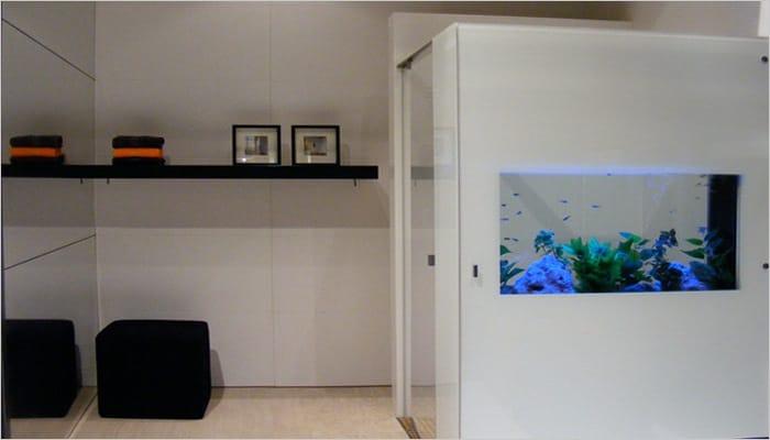 Originele badkamer met inloopdouche en vissen in aquarium