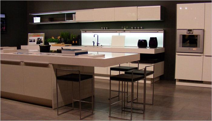 Moderne keuken in corian met ingebouwde keukenkasten in nis en car interior design - Moderne designkeuken ...