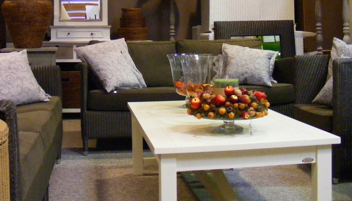 cottage leefruimte met rieten zetels en houten salontafel