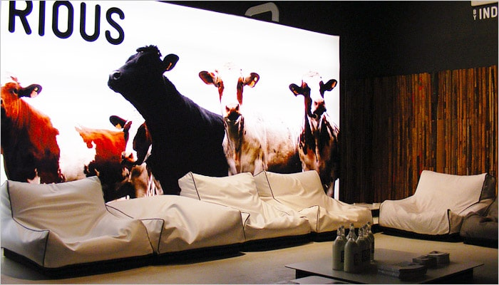 Woonkamer met witte zitzakken voor lounge woonkamers inrichting