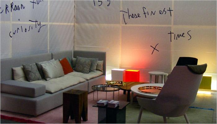 rode sfeerverlichting in de woonkamer