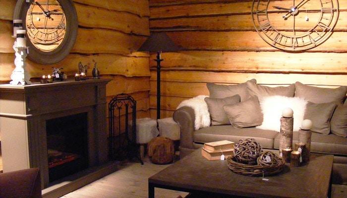ruwe planken aan de houten wand in cottage stijl