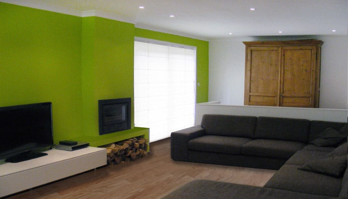 moderne woonkamer inrichting met mojito groen levi's accentwand