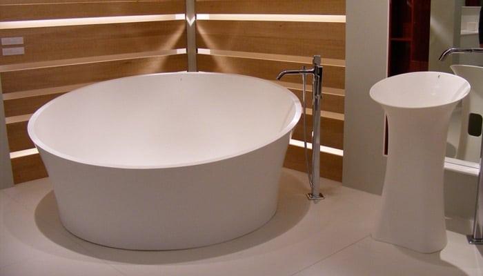 design badkamer met vrijstaand bad en lavabo van van marcke
