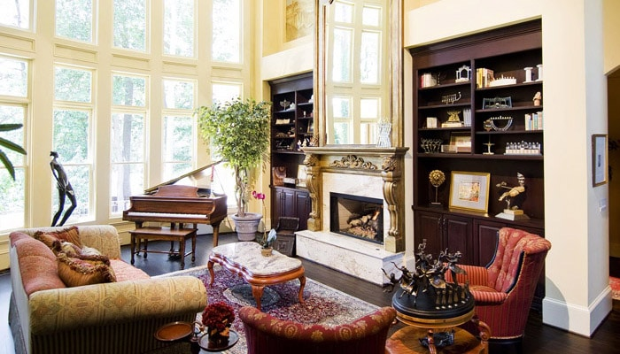 klassieke woonkamer met open haard en grote ramen