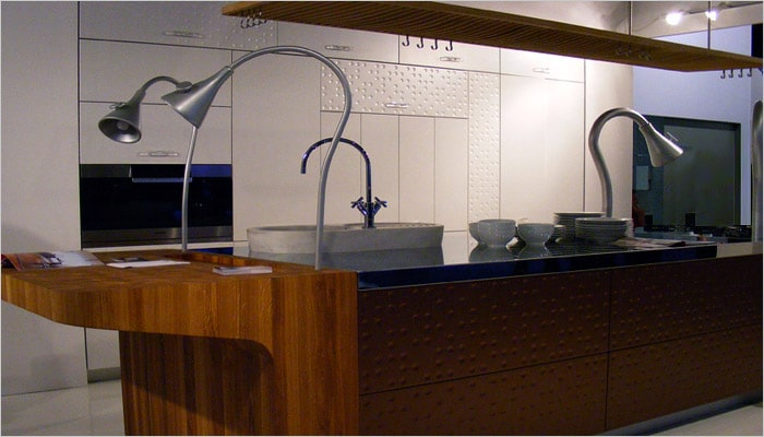 keuken met richtbare dampkap , inox hout en koper als materialen en afwerking