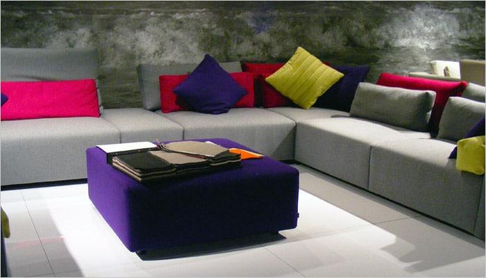 moderne woonkamer foto met gekleurde kussens in de zetel