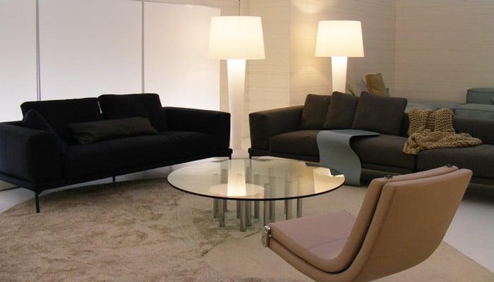woonkamer met zacht tapijt en glazen salontafel