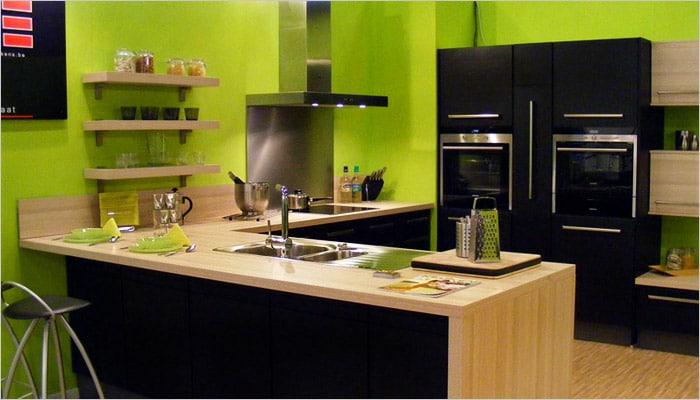 Zwarte moderne keuken met groene muren