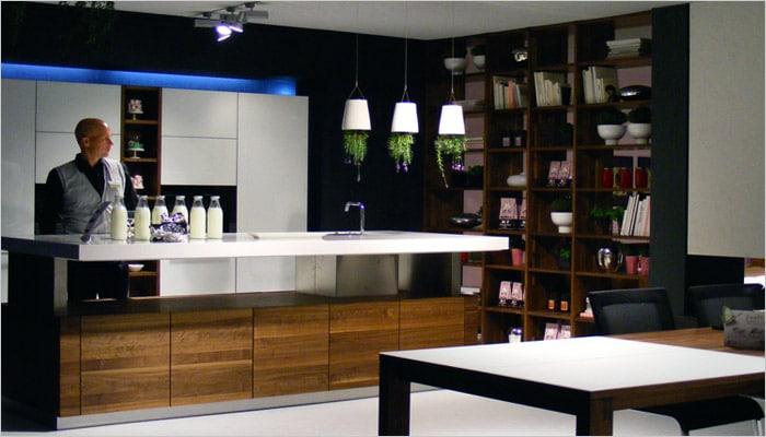 Moderne keuken met verstelbaar werkblad en greeploze eiken keukenkasten