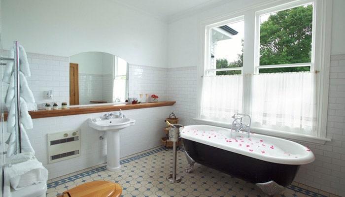 landelijke badkamer met vrijstaande lavabo