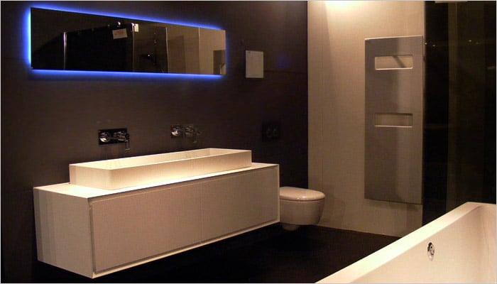 witte badkamer met zwarte wanden. Achter de speigel zitten ingebouwde led verlichting