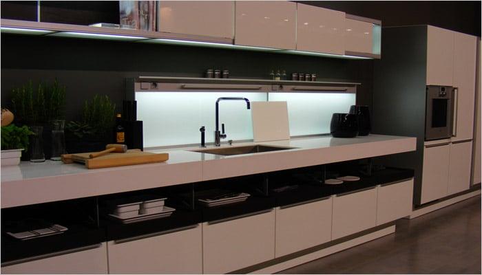 Zwarte design keuken met witte corian als werkblad