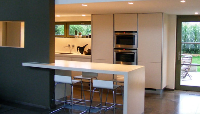 moderne keuken met toog in corian