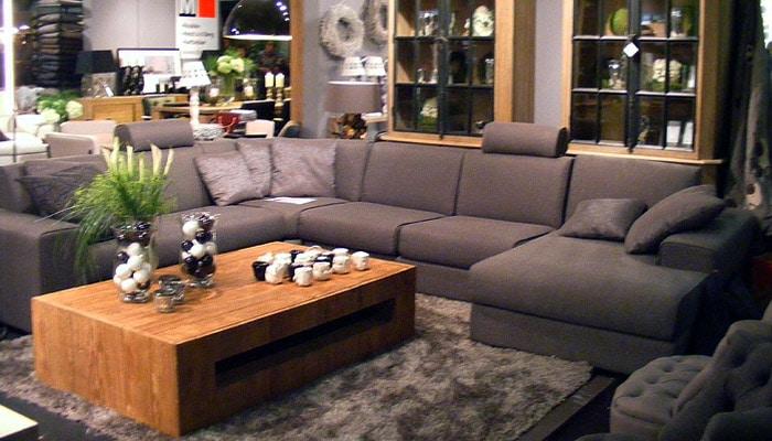 grijs hoeksalon met warm tapijt in een landelijke woonkamer