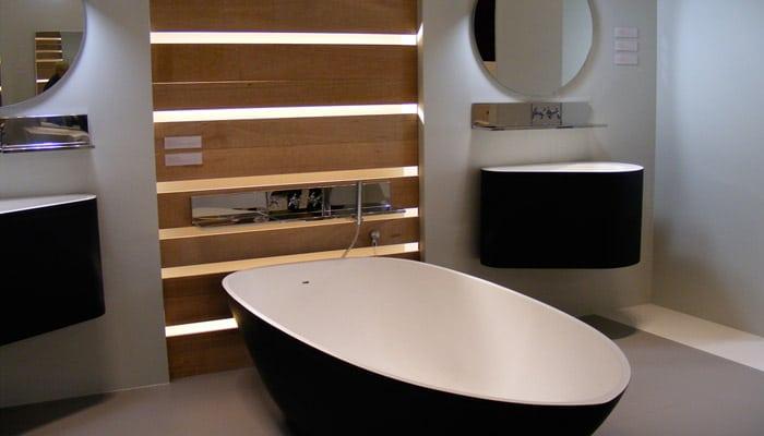 zwart wit badkamer met vrijstaand design bad van Van Marcke