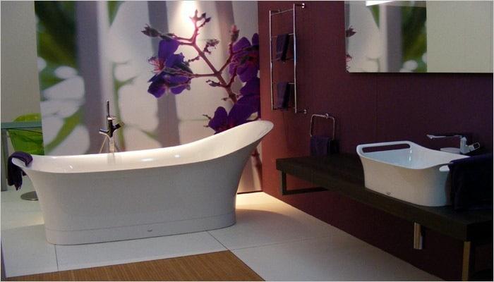aubergine badkamer met foto behangpapier achter vrijstaand bad