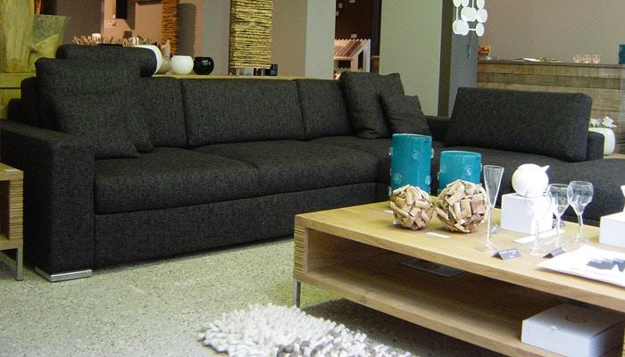 moderne stoffen zetel met houten salontafel