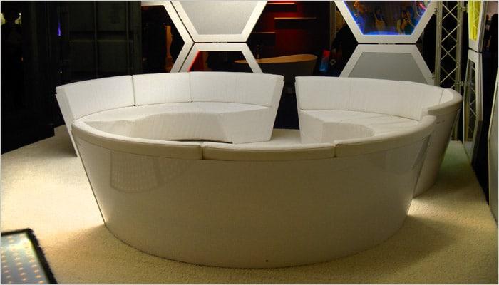 ronde zetels in futuristische woonkamer