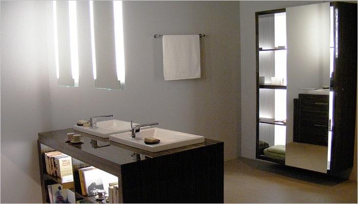 vrijstaand badkamermeubel met zwevende spiegels in de badkamer