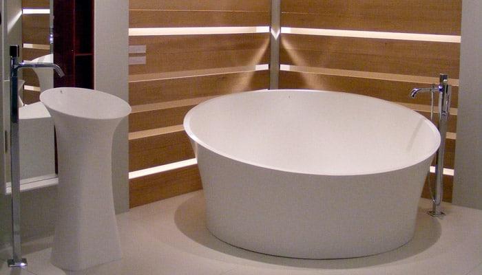 design vrijstaand bad met kraan en lavabo van van marcke