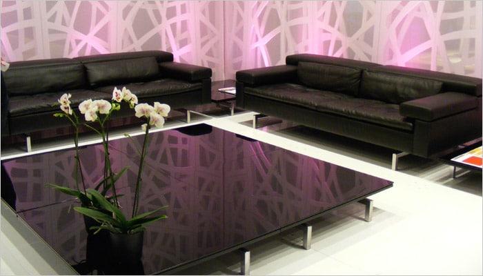 design woonkamer met accentwand en zwarte lederen zetels.