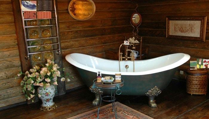 klassieke country badkamer met houten wand