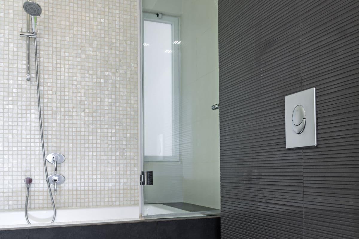 Badkamer met grijze mozaiek