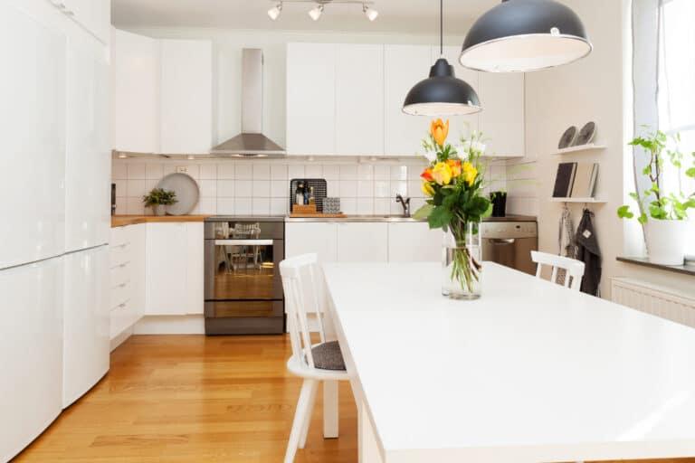 eenvoudige keuken met wandtegels