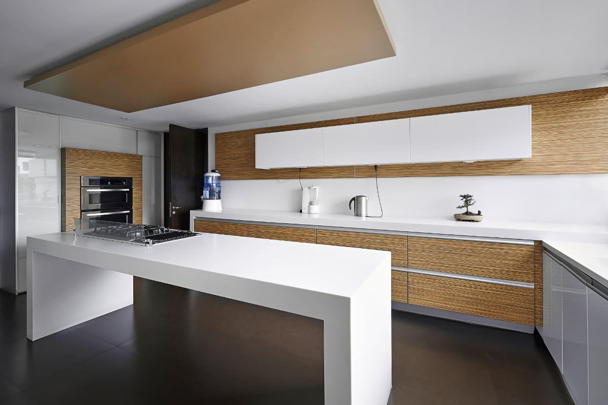 Houten keuken inspirerende voorbeelden enkele tips - Foto grijze keuken en hout ...