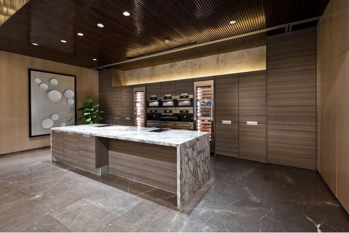 Houten keuken inspirerende voorbeelden enkele tips - Keuken steen en hout ...