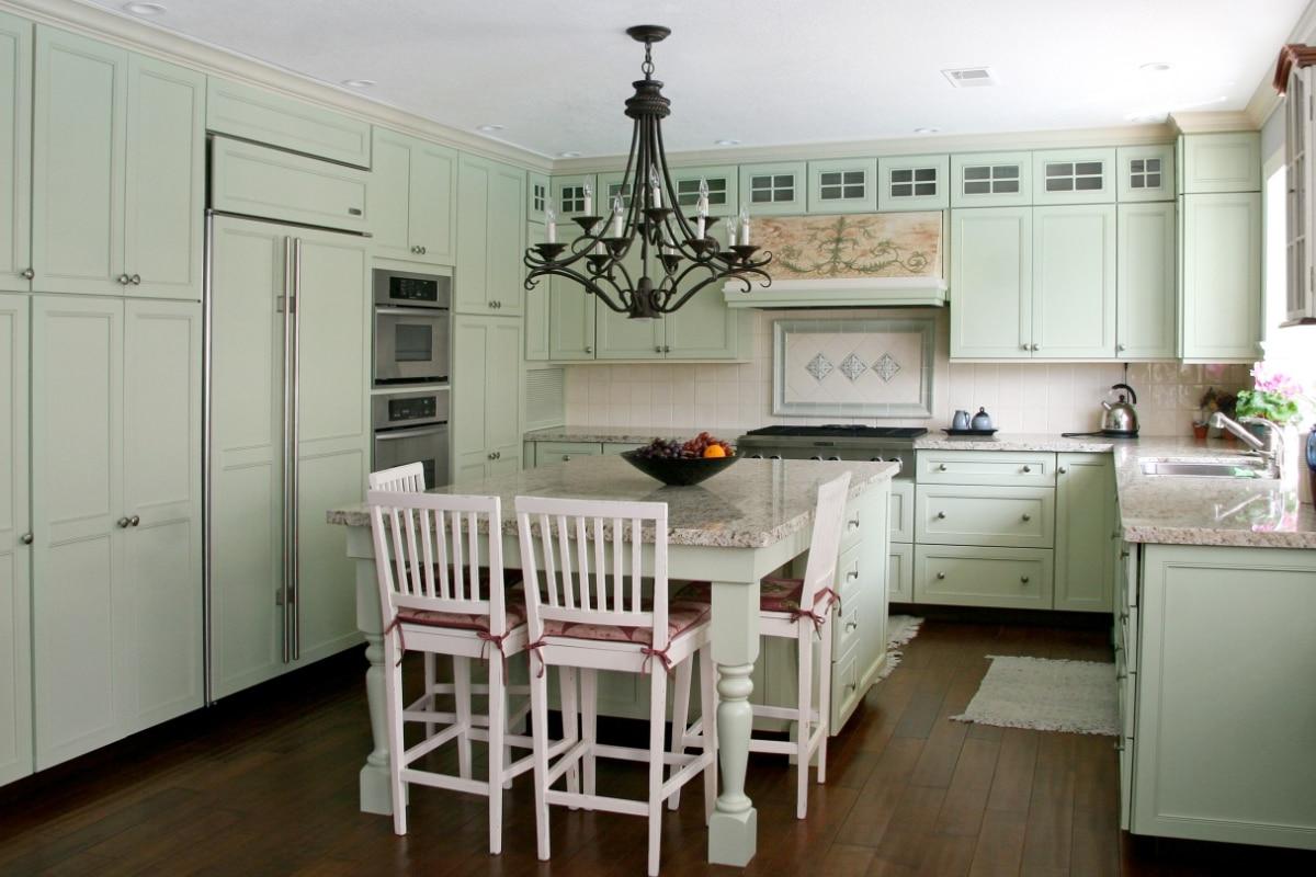 keuken in cottage stijl met witte wandtegels