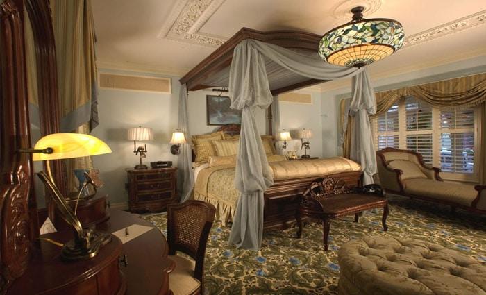 klassieke slaapkamer met groot hemelbed