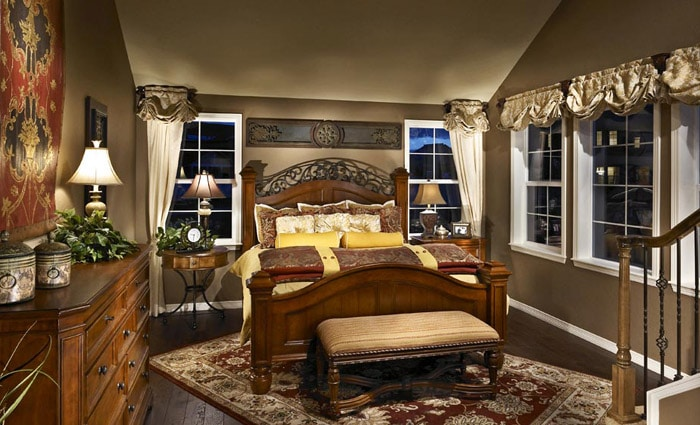 klassiek bed in oude slaapkamer
