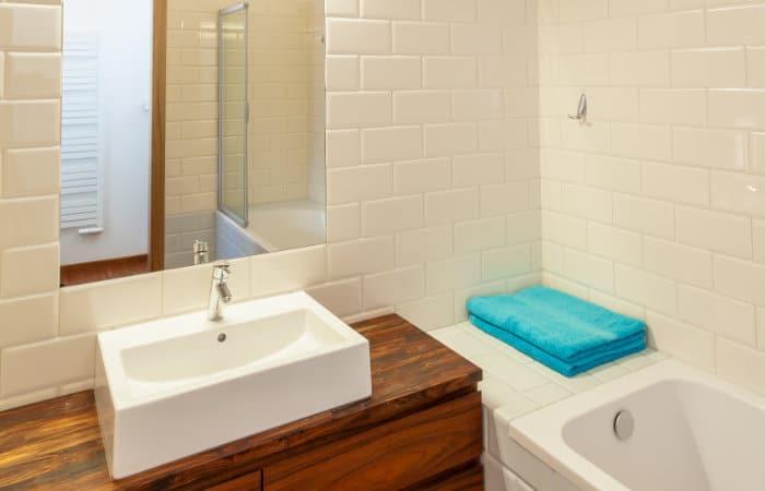 landelijke badkamer met houten meubels