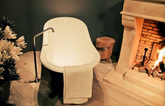 landelijke badkamermeubel aan haardvuur