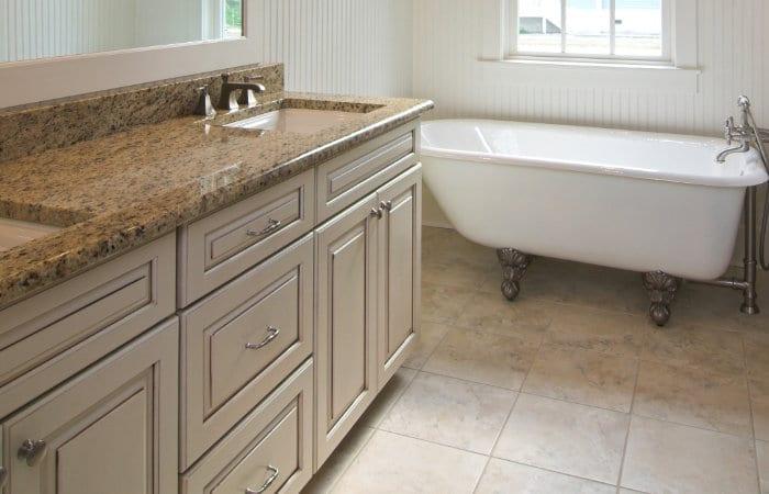 landelijke badkamermeubels in bruintinten