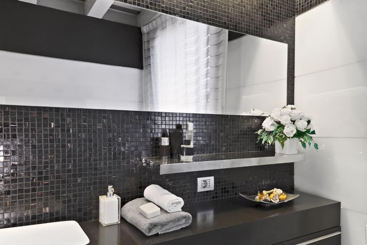 Moderne badkamer met zwarte mozaiek