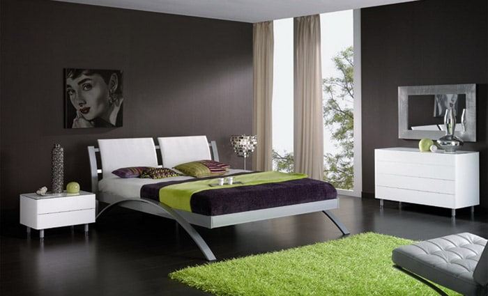slaapkamer met bruine muren en modern bed