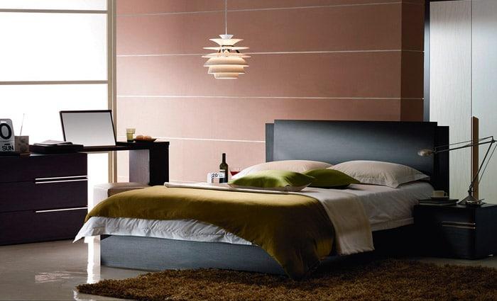 wandpanelen in de slaapkamer in roos-bruin tinten