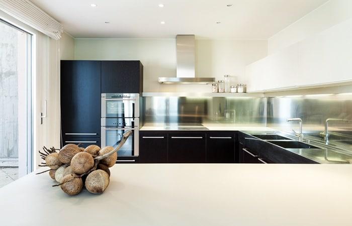 Zwarte keuken foto 39 s voorbeelden en inspiratie tips - Trendkleur keuken ...
