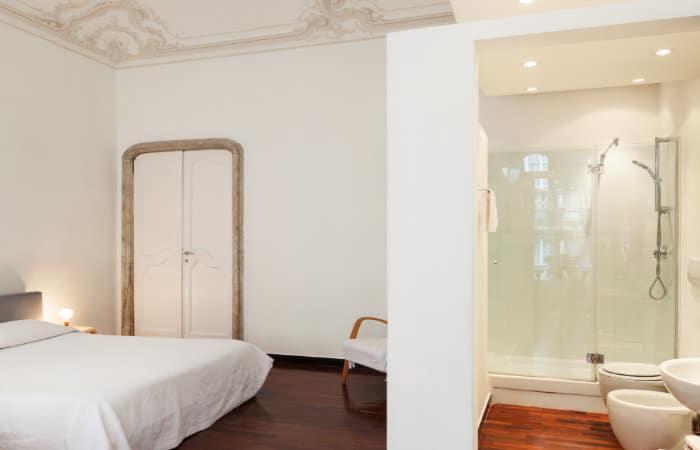 open badkamer met moderne landelijke badkamermeubels