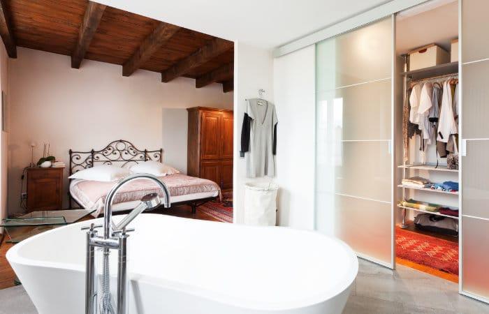 open slaapkamer met landelijke badkamermeubels
