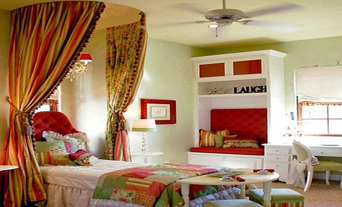 klassieke slaapkamerin donker hout