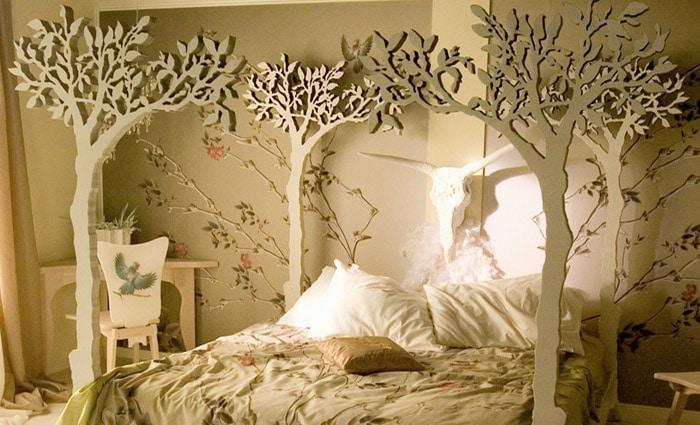 zelfgemaakt bed met natuur bomen