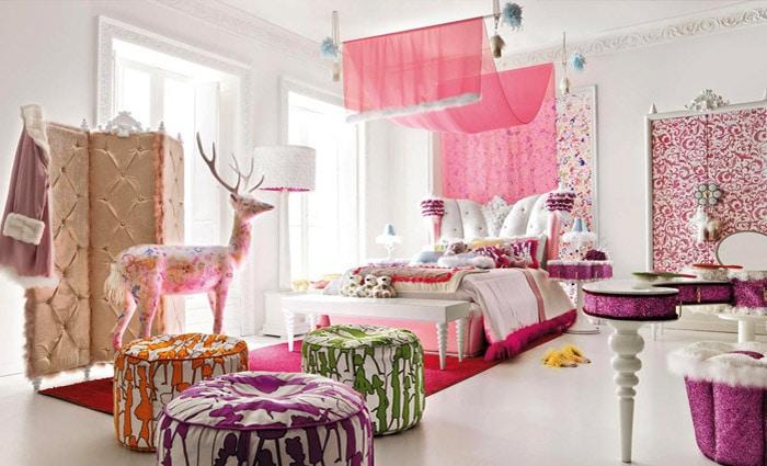 roze slaapkamer met veel decoratie en kleuren