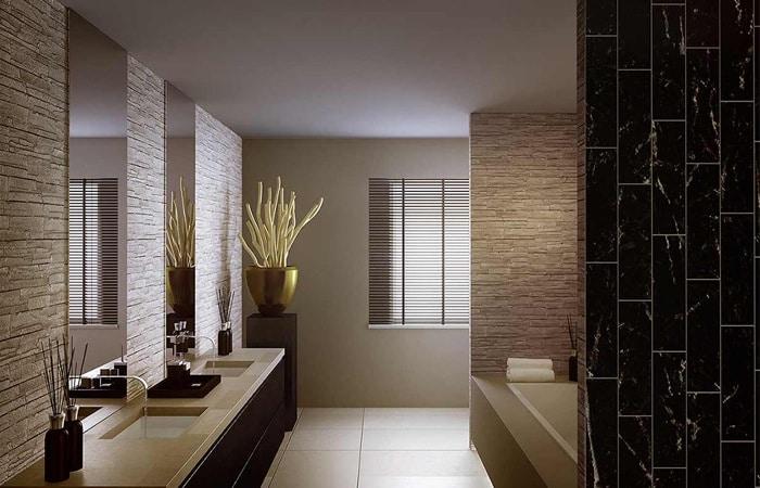 badkamers met stenen muren en steenstrips