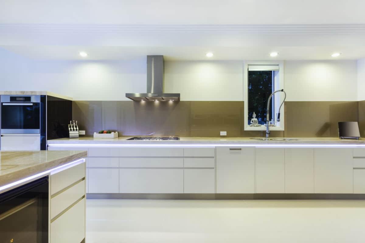 strakke keuken met industriele kraan
