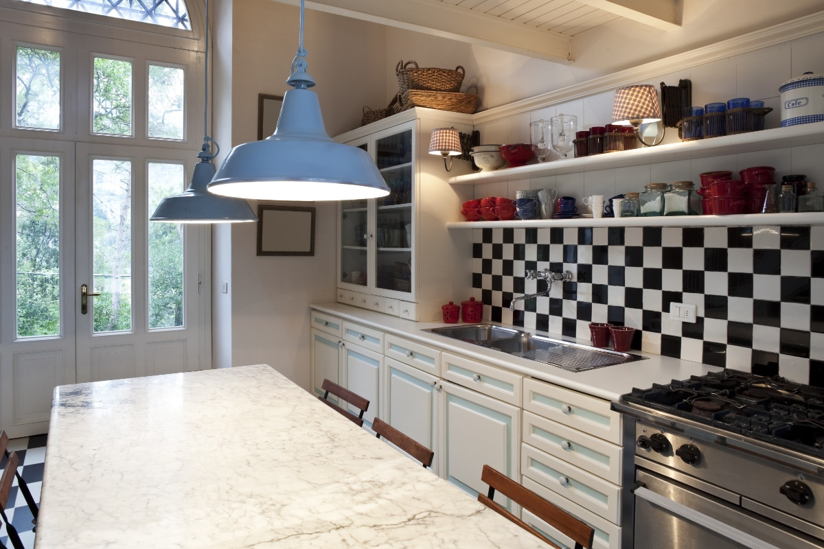 Keuken Zwart Wit : Keuken Met Grote Tegels Op Vloer En Wand Door De Tegels In Je Keuken